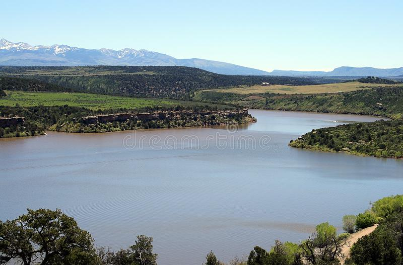 Paisagem da montanha com o rio em Colorado Rocky Mountains imagens de stock