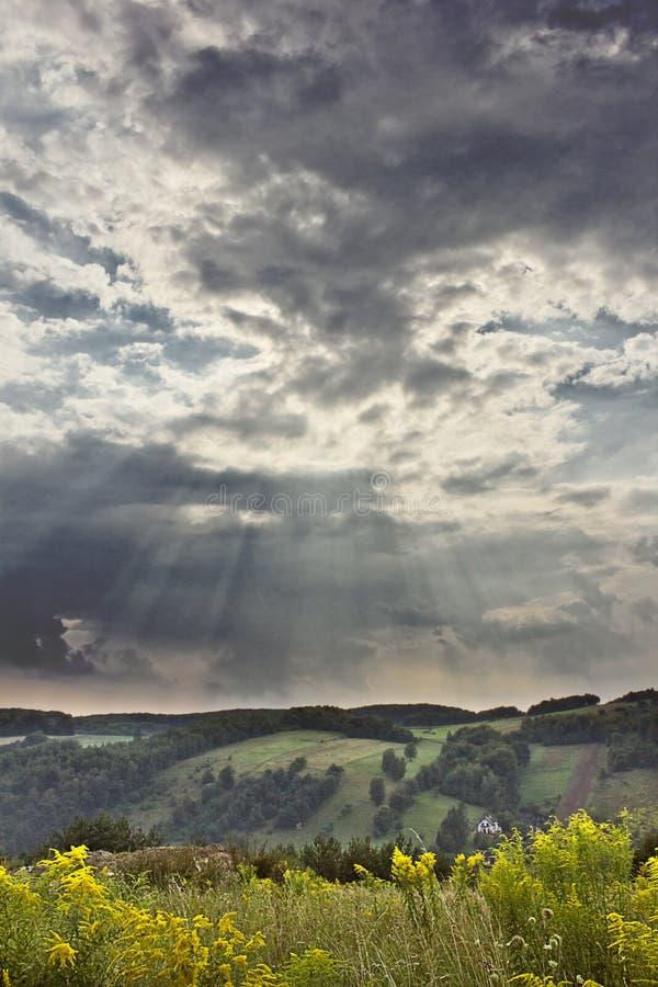 Paisagem da montanha com um céu nebuloso fotografia de stock