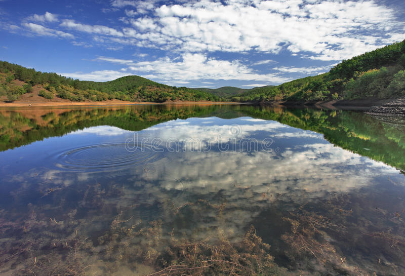 Paisagem da montanha com um lago fotos de stock royalty free