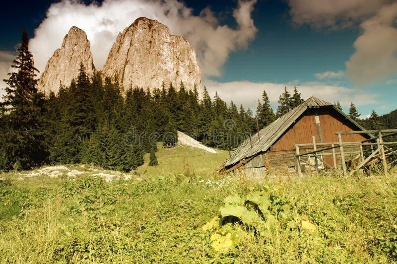 Paisagem da montanha com uma casa de madeira velha imagem de stock