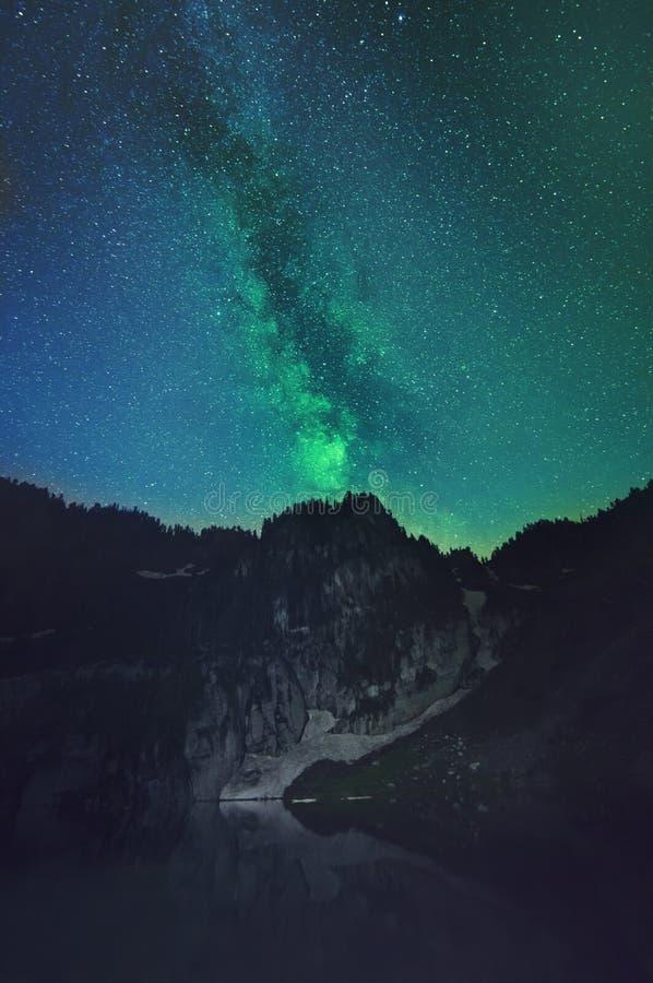 Paisagem da montanha com a Via Látea visível atrás dela imagens de stock