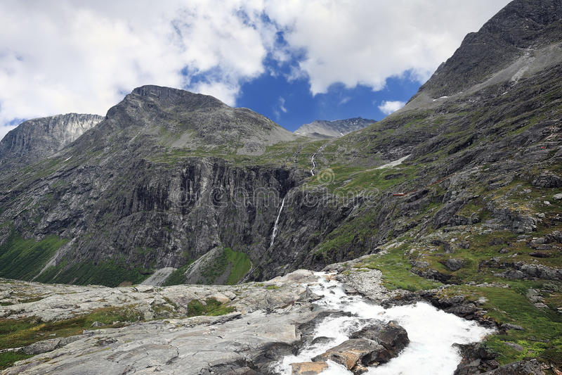 Paisagem da montanha da cachoeira Stigfossen sobre a estrada Trollst imagens de stock royalty free
