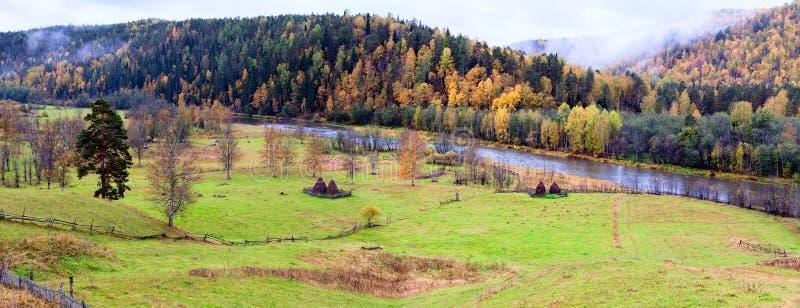 Paisagem da montanha da cor na estação do outono imagens de stock