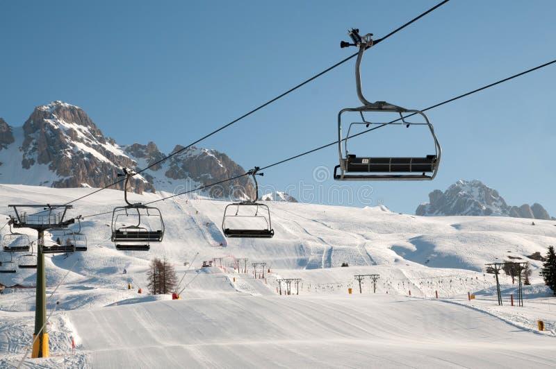Paisagem da montanha da neve (skilift, inclinação) fotografia de stock royalty free