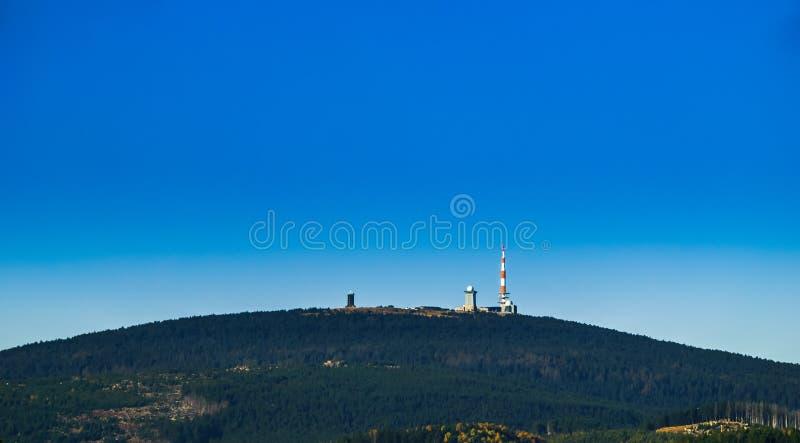 Paisagem da montanha de Harz com e da cimeira a mais alta Brocken na queda imagens de stock royalty free