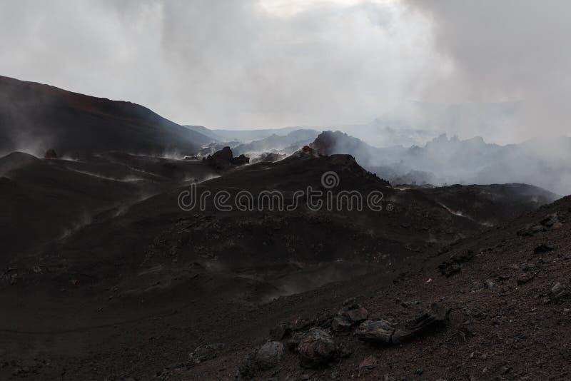 Paisagem da montanha de Kamchatka: uma área da erupção vulcânica imagens de stock royalty free