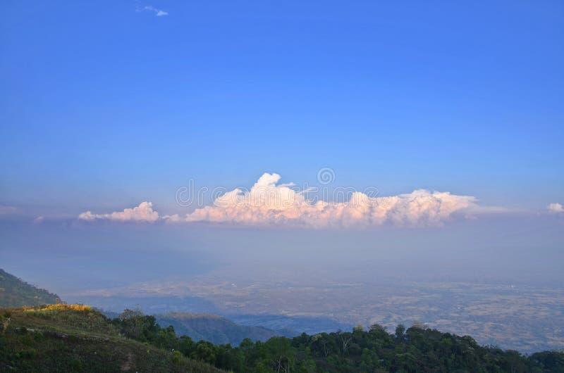 Paisagem da montanha de Phu Thap Boek no por do sol foto de stock