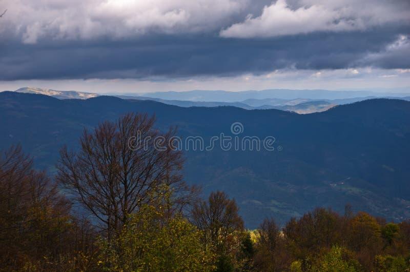 Paisagem da montanha de Radocelo com nuvens escuras antes de uma tempestade fotos de stock