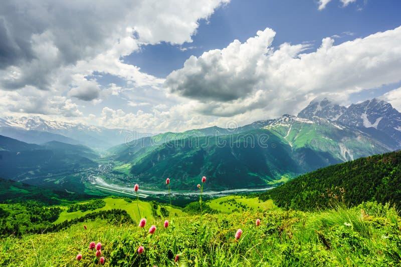 Paisagem da montanha de Svaneti por Mestia em Svaneti, Geórgia fotografia de stock