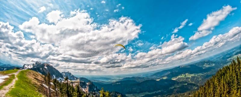 Paisagem da montanha do cume com paraquedas imagens de stock
