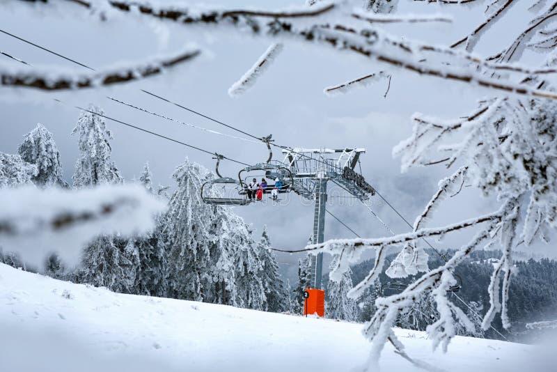Paisagem da montanha do inverno com elevador de esqui moderno fotografia de stock royalty free