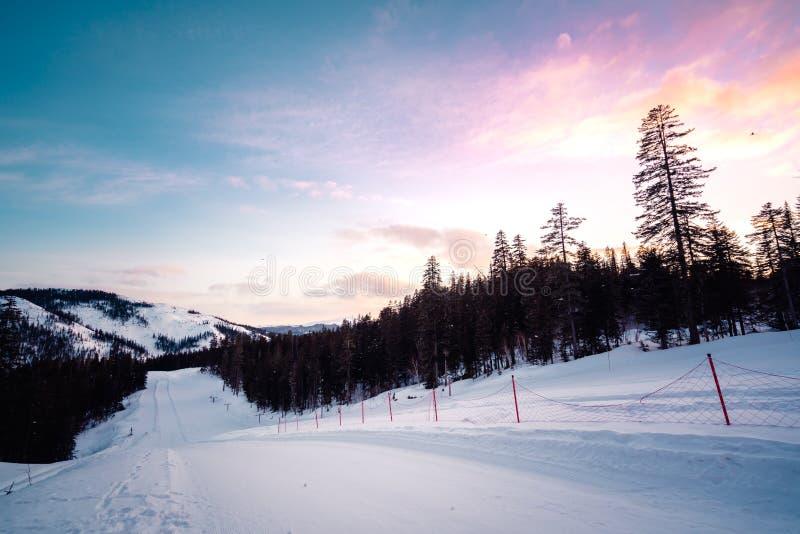 Paisagem da montanha do inverno com neve branca e o céu colorido fotografia de stock royalty free