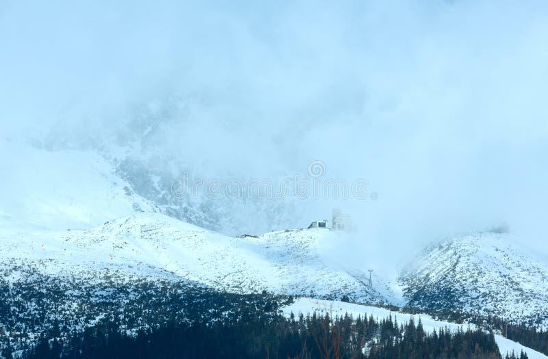 Paisagem da montanha do inverno da manhã (Tatranska Lomnica, Eslováquia) imagem de stock