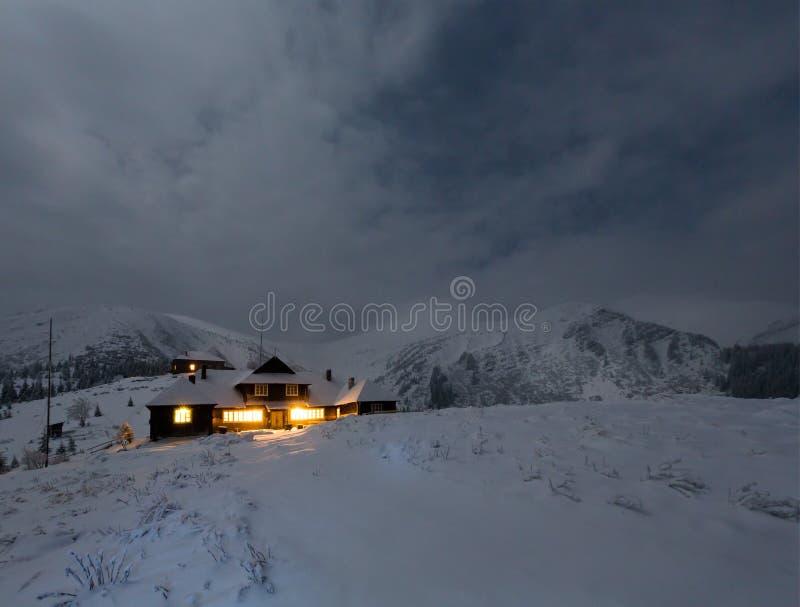 Paisagem da montanha do inverno da noite no luar da Lua cheia fotografia de stock royalty free