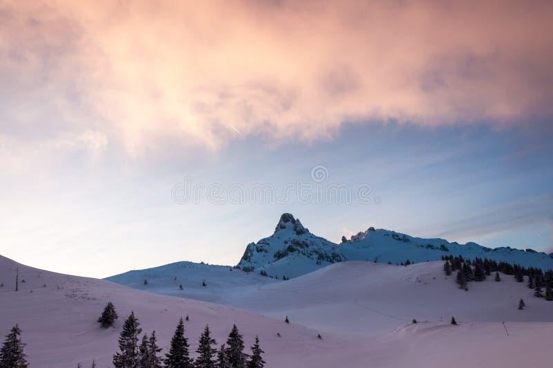 Paisagem da montanha do inverno no crepúsculo imagem de stock