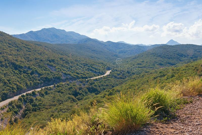 Paisagem da montanha do verão com estrada Cumes de Dinaric, Montenegro foto de stock