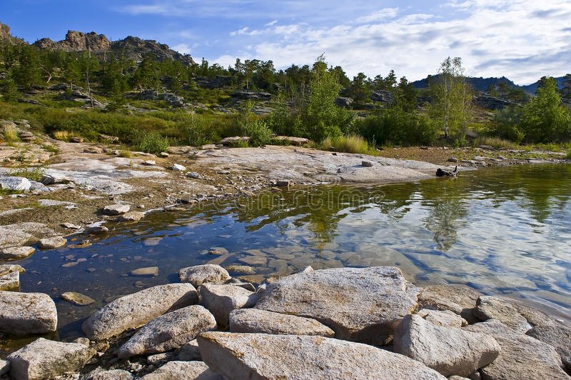 Paisagem da montanha do verão com lago fotos de stock