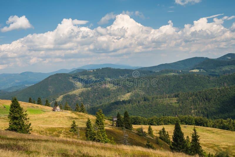 Paisagem da montanha durante férias de verão imagens de stock