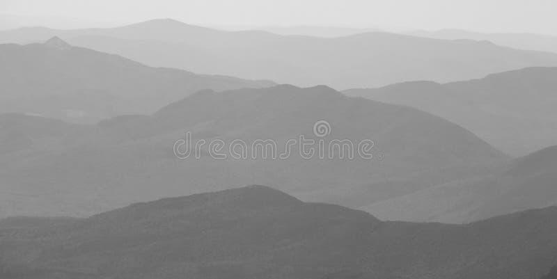 Paisagem da montanha em B&W fotos de stock royalty free