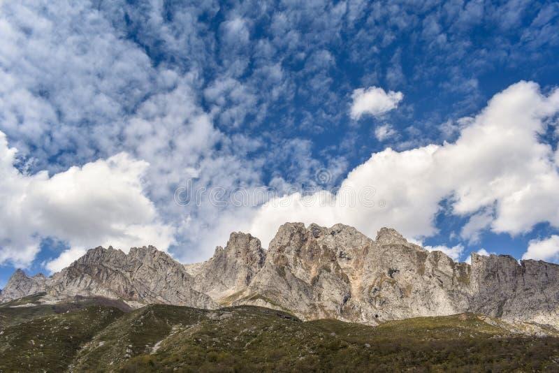 Paisagem da montanha em um dia ensolarado em Ruta del Cares, as Astúrias, Espanha imagem de stock