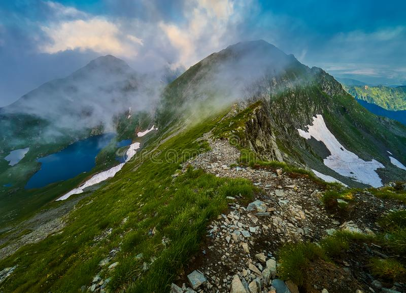 Paisagem da montanha, lago capra, montanhas de Fagaras, Romênia no nascer do sol imagens de stock royalty free