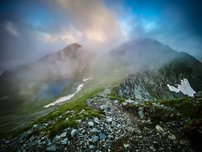 Paisagem da montanha, lago capra, montanhas de Fagaras, Romênia no nascer do sol imagens de stock
