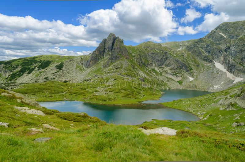 Paisagem da montanha, lago e céu das nuvens do azul imagens de stock royalty free