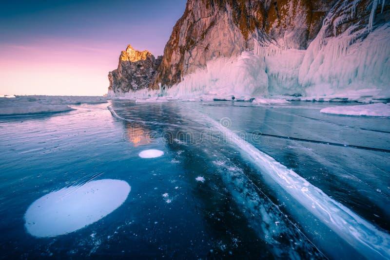 Paisagem da montanha no por do sol com gelo de quebra natural na água congelada no Lago Baikal, Sibéria, Rússia imagens de stock royalty free