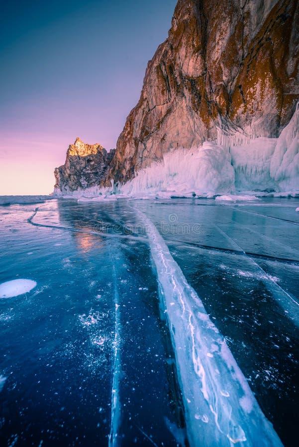 Paisagem da montanha no por do sol com gelo de quebra natural na água congelada no Lago Baikal, Sibéria, Rússia fotos de stock royalty free