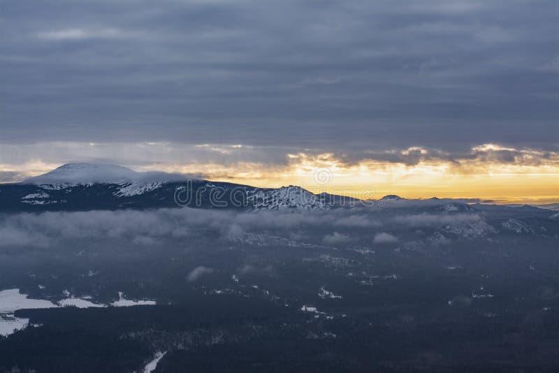 Paisagem da montanha no por do sol no parque nacional de Rússia imagens de stock