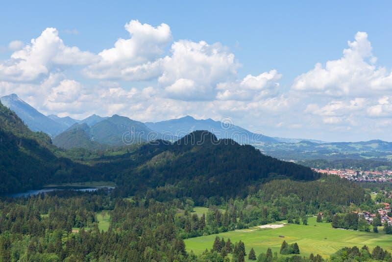 Paisagem da montanha nos cumes bávaros perto da vila Hohenschwangau, Baviera, Alemanha Dia de verão ensolarado fotografia de stock royalty free