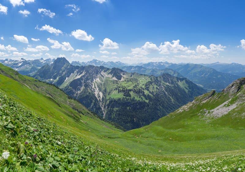 Paisagem da montanha nos cumes de Allgau fotografia de stock