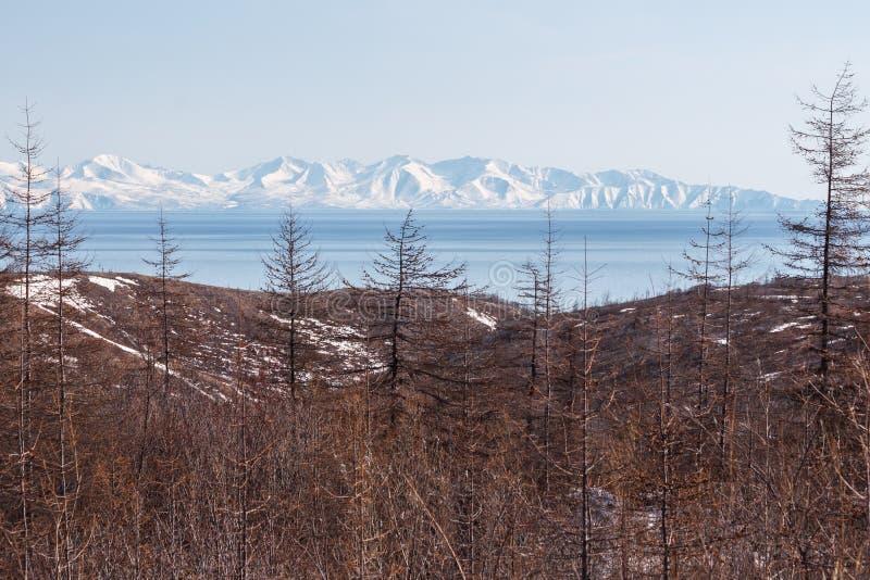 Paisagem da montanha o mar de Okhotsk, Magadan, Rússia imagens de stock