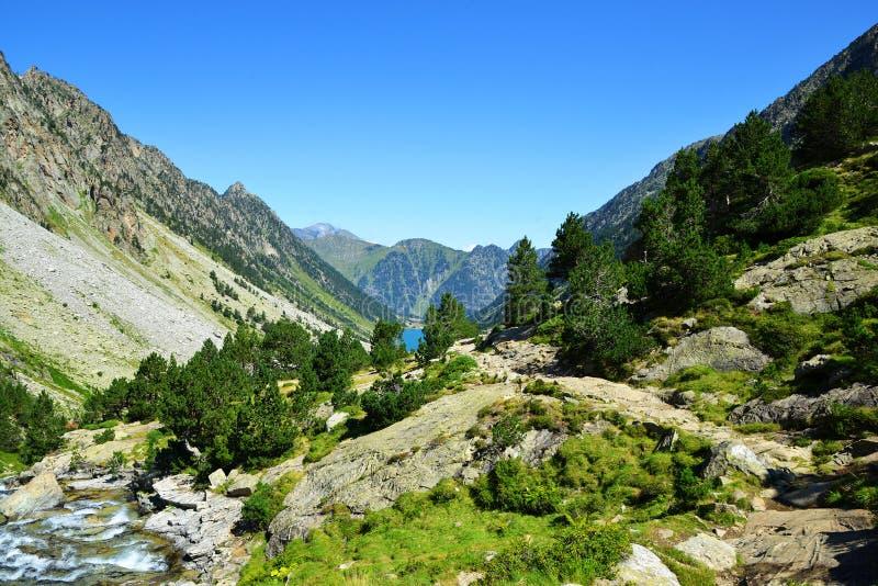 Paisagem da montanha perto da cidade de Cauterets, parque nacional Pyrenees imagens de stock