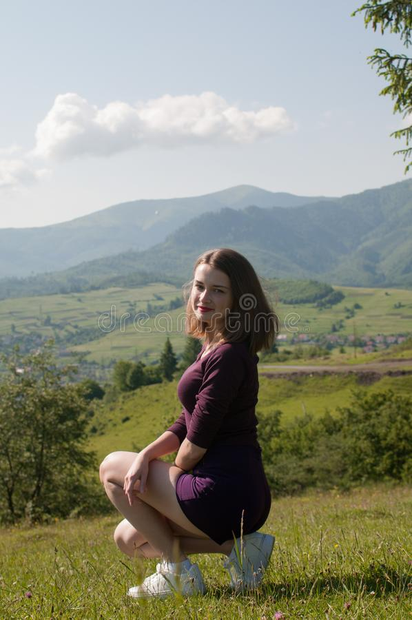 Paisagem da montanha Planeamento futuro, fim acima da mulher com nascer do sol na montanha, fêmea que captura o nascer do sol, lu fotografia de stock