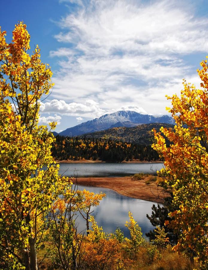 Paisagem da montanha rochosa do outono imagens de stock royalty free