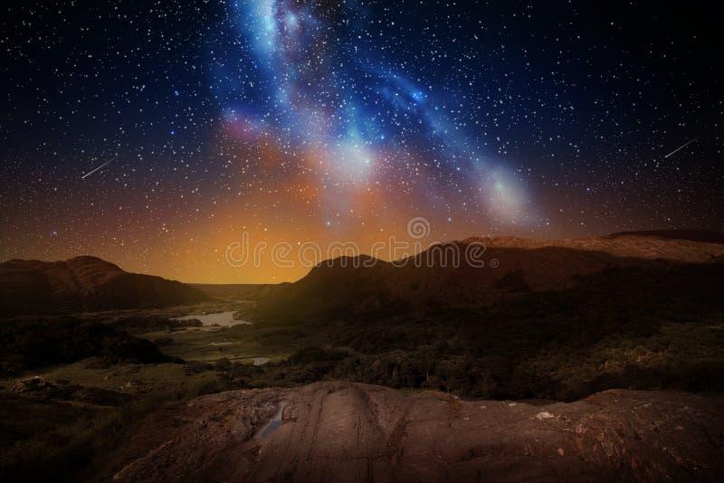 Paisagem da montanha sobre o céu noturno ou o espaço fotos de stock royalty free