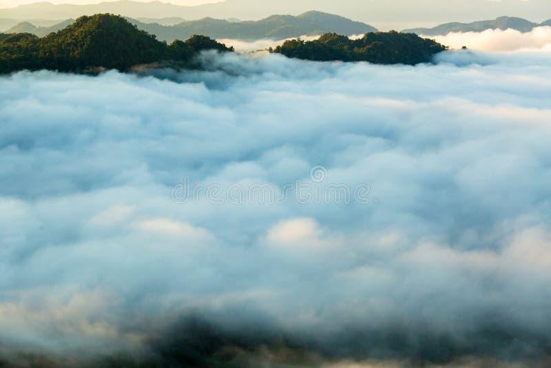 Paisagem da névoa da manhã com camada da montanha ao norte de Tailândia foto de stock