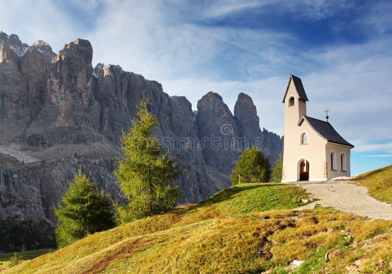 Paisagem da natureza com igreja agradável em uma passagem de montanha no Al de Itália foto de stock