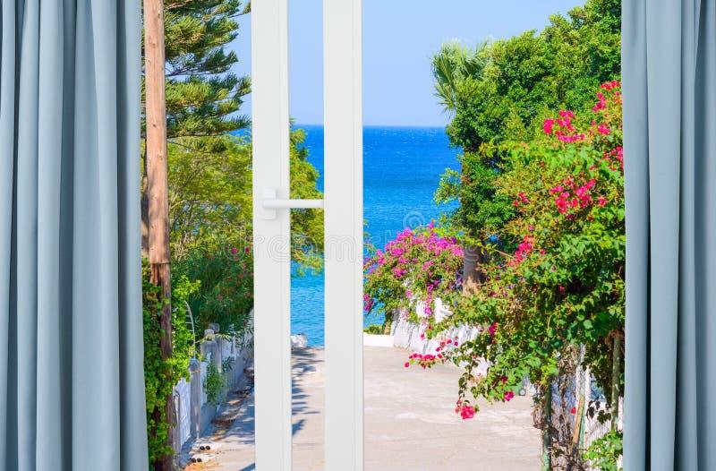 Paisagem da natureza com uma vista através de uma janela com cortinas fotografia de stock