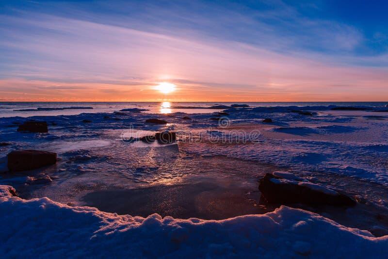 Paisagem da natureza do inverno Por do sol sobre o mar congelado fotografia de stock