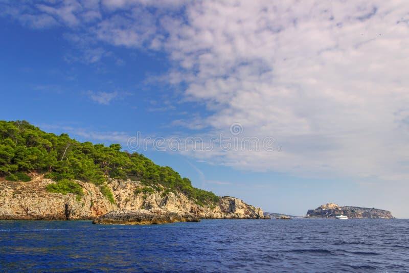 Paisagem da natureza do parque nacional de Gargano: costa do archipelag do ` das ilhas de Tremiti, Itália Apulia imagem de stock