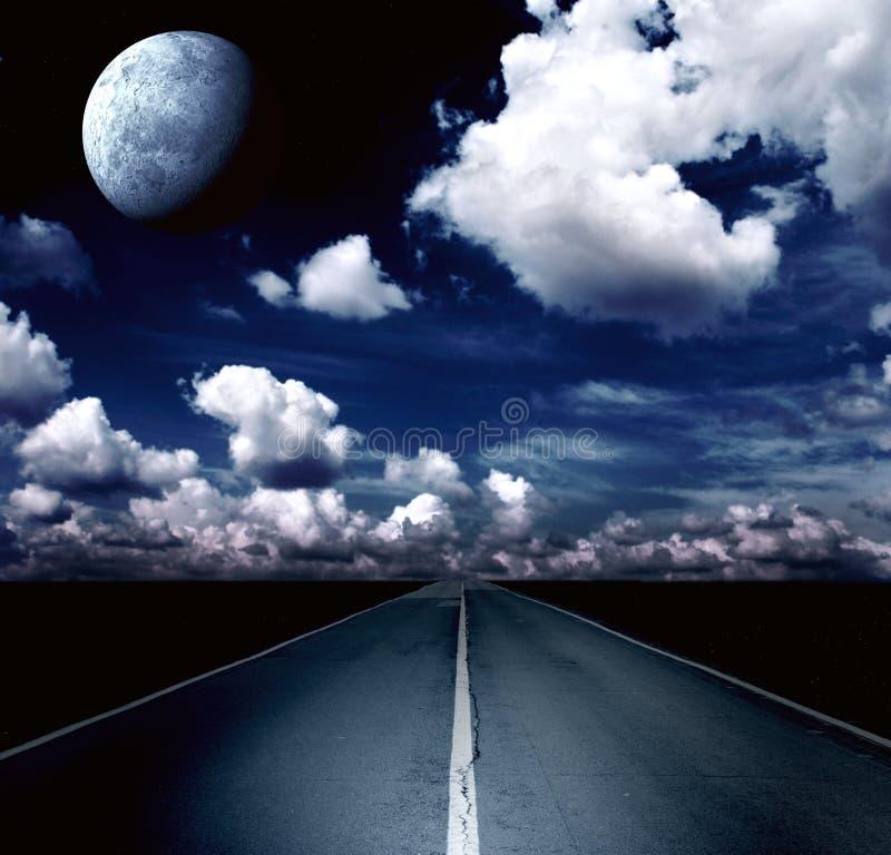 Paisagem da noite com estrada, nuvens e a lua fotografia de stock royalty free