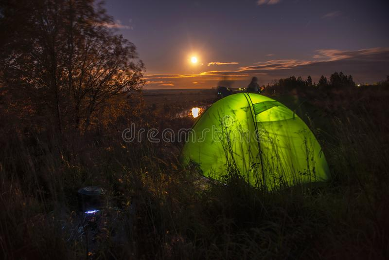 Paisagem da noite com uma barraca e uma Lua cheia perto do rio de Nerl, Rússia imagem de stock royalty free