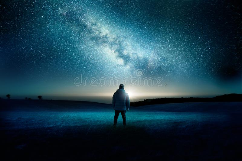 Paisagem da noite da galáxia da Via Látea foto de stock
