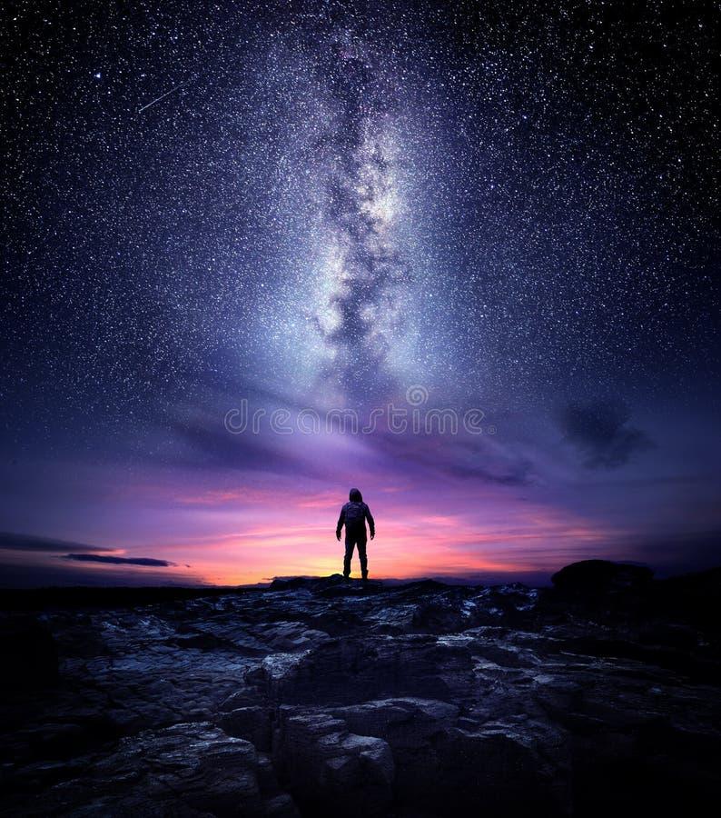 Paisagem da noite da galáxia da Via Látea foto de stock royalty free