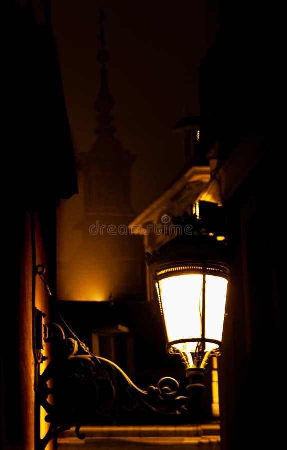 Paisagem da noite iluminada por luzes alaranjadas fotos de stock