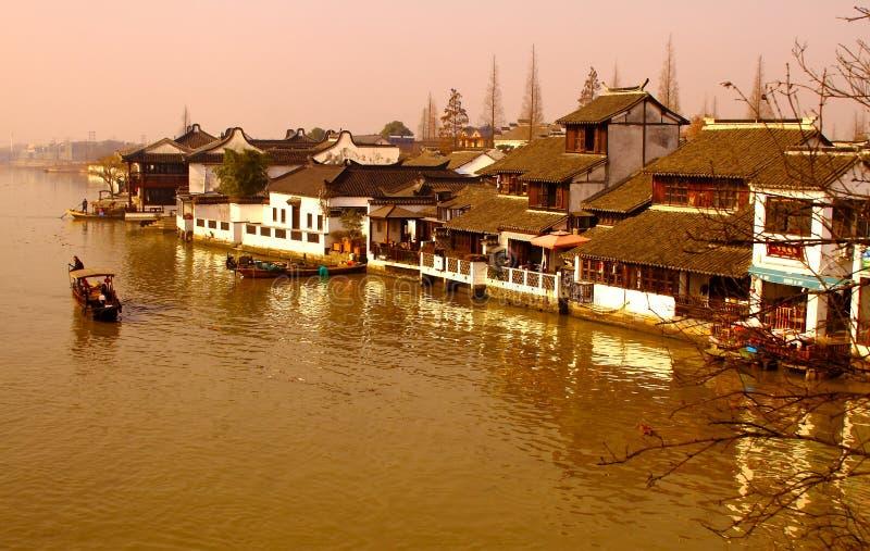 Paisagem da noite na cidade do rio do canal de Dzujiajiao perto de Shanghai imagens de stock