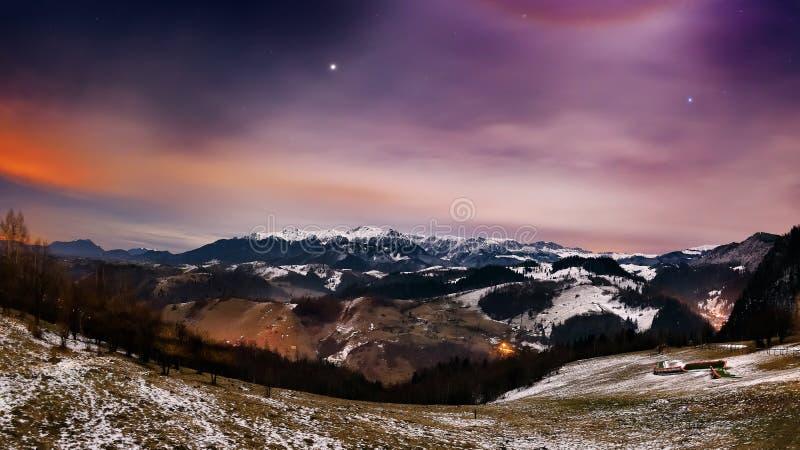 Paisagem da noite nas montanhas imagens de stock
