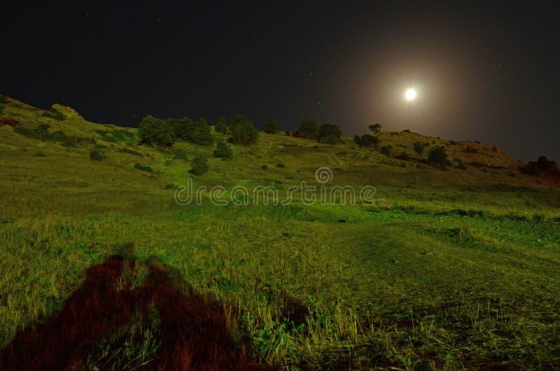 Paisagem da noite nas montanhas contra o contexto de um c?u estrelado imagem de stock
